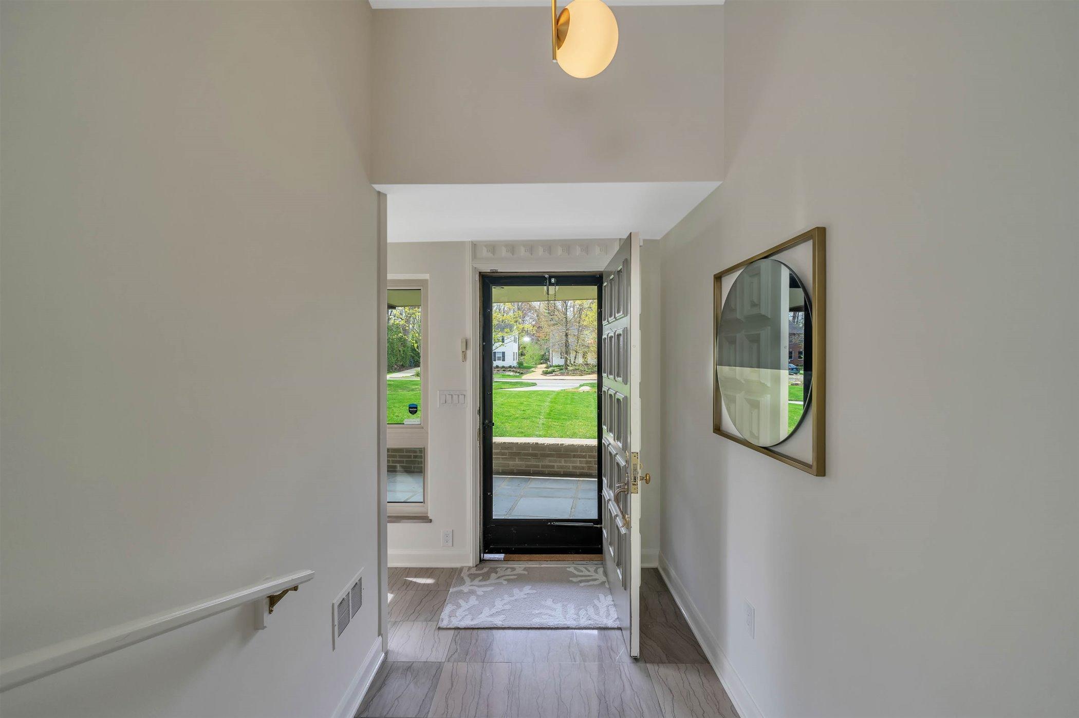 820 Southlawn Ave - MAIN FLOOR Foyer - 10