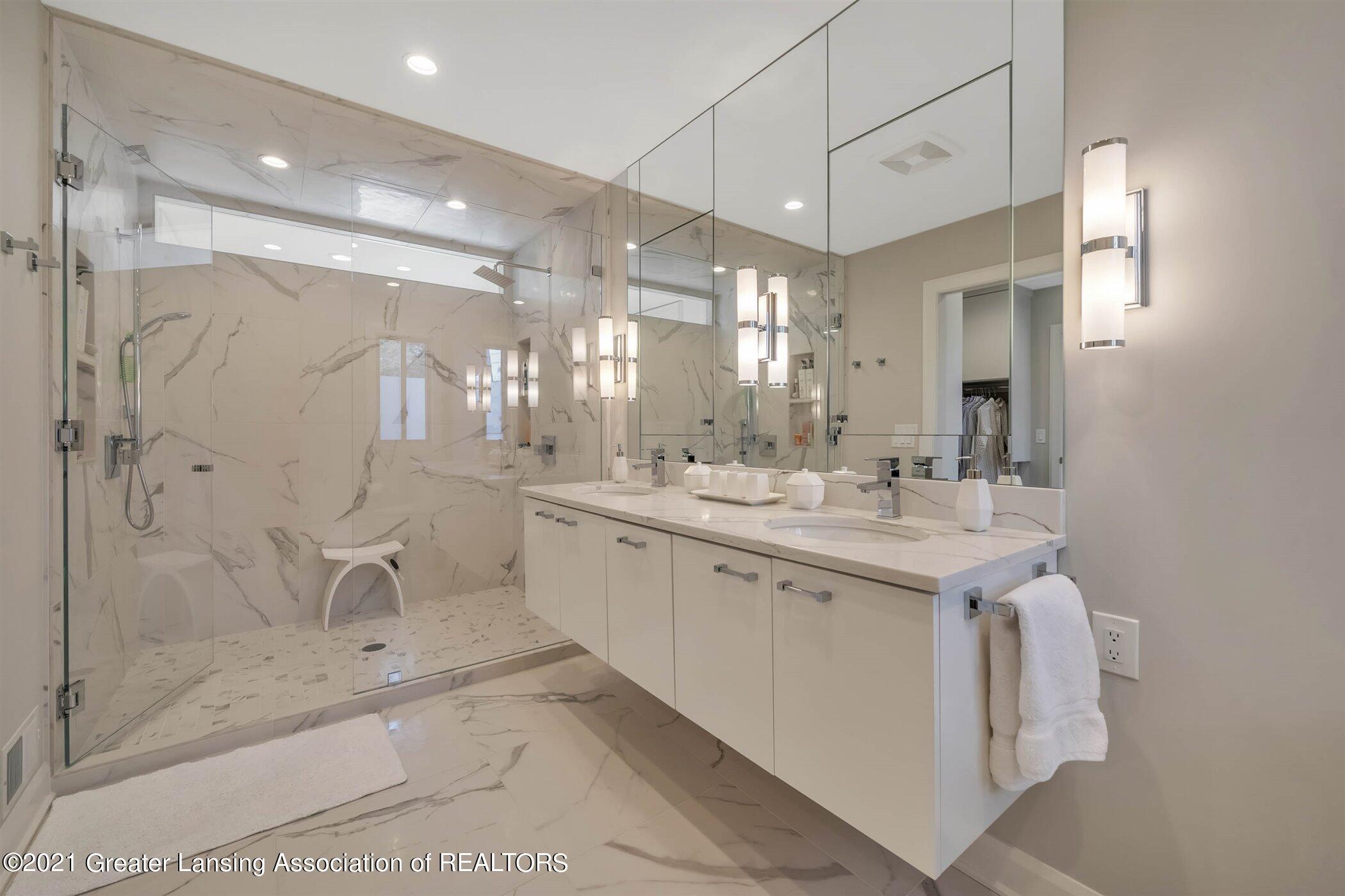 820 Southlawn Ave - MAIN FLOOR Primary Bathroom - 23