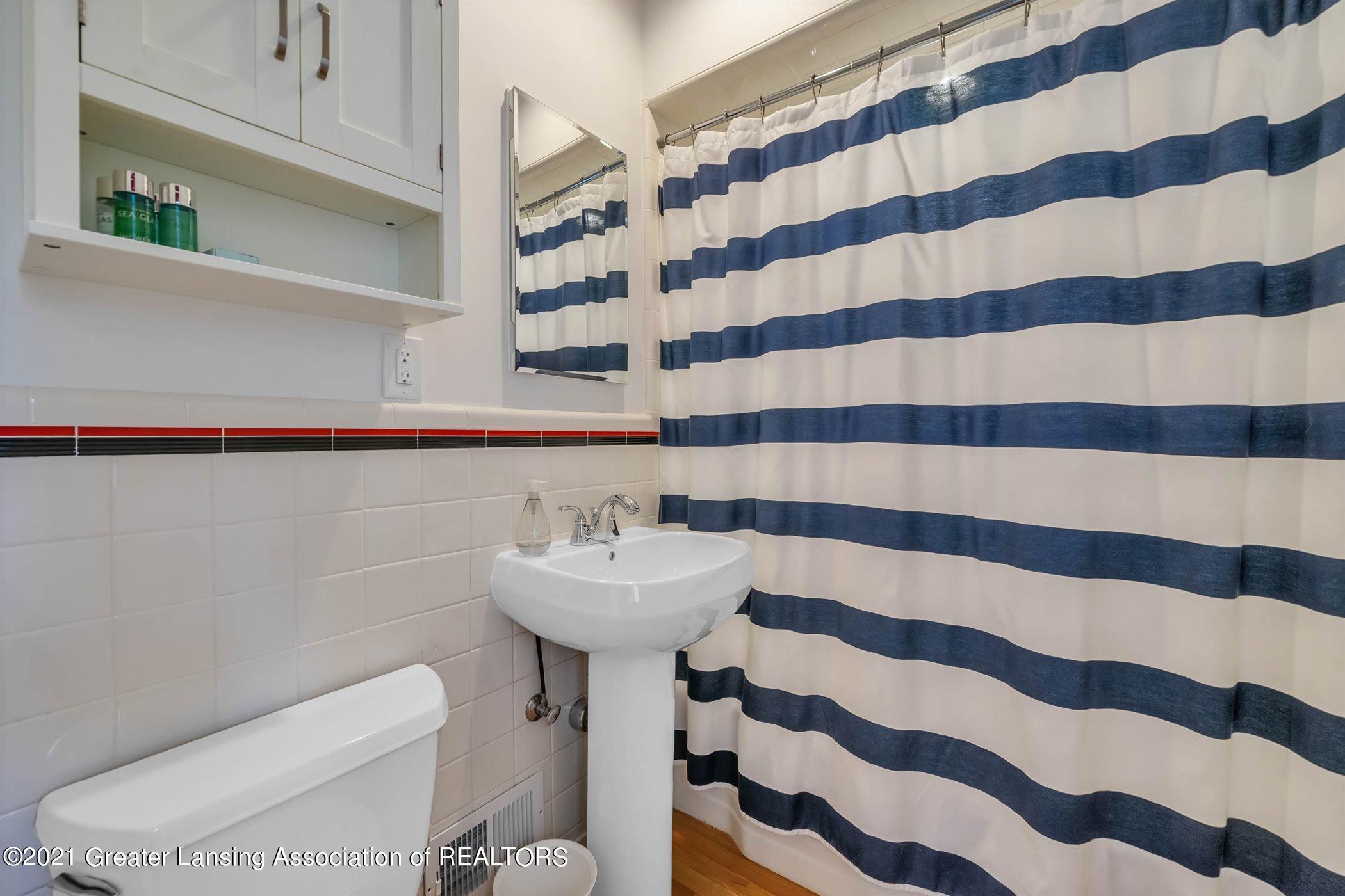 820 Southlawn Ave - MAIN FLOOR Back Bathroom - 34