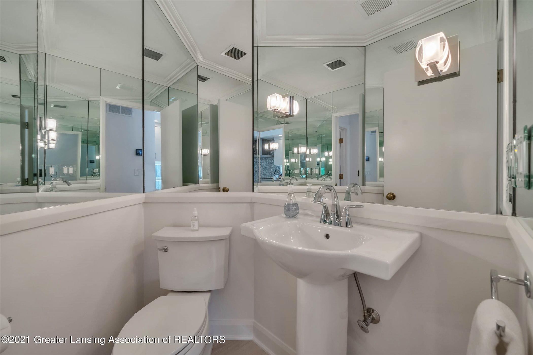 820 Southlawn Ave - MAIN FLOOR Powder Room - 35