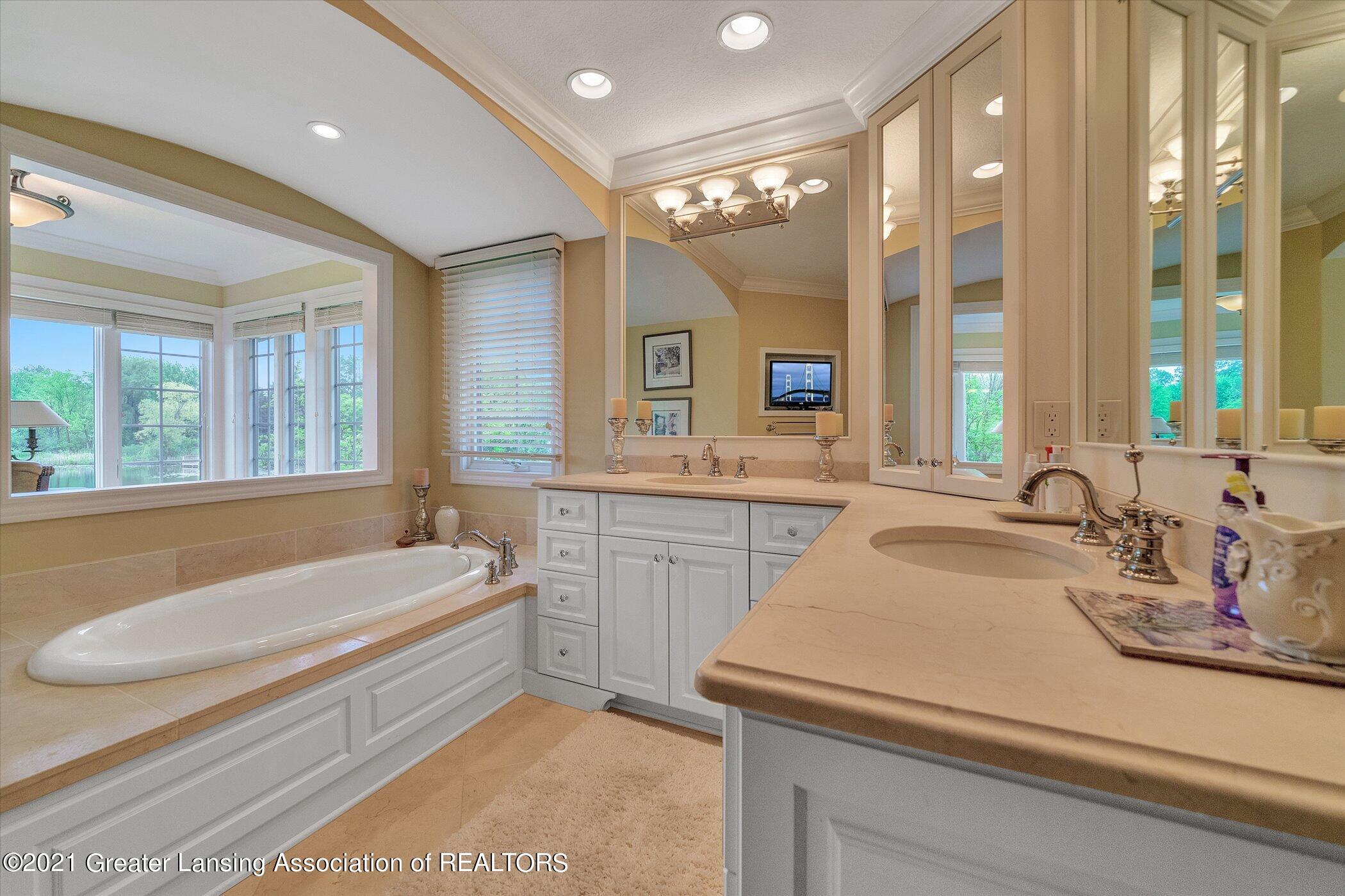 6330 Pine Hollow Dr - MAIN FLOOR Primary Bathroom - 29