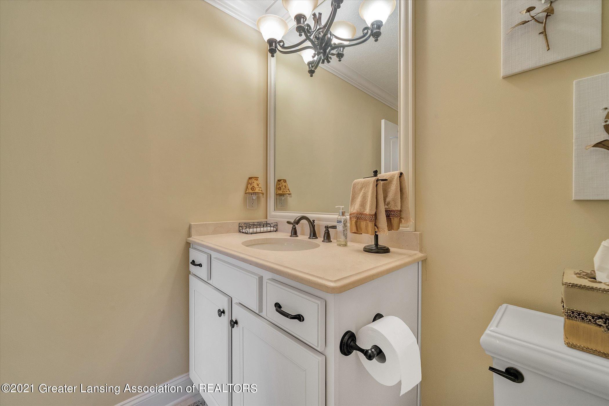 6330 Pine Hollow Dr - MAIN FLOOR Guest Suite Full Bath - 34