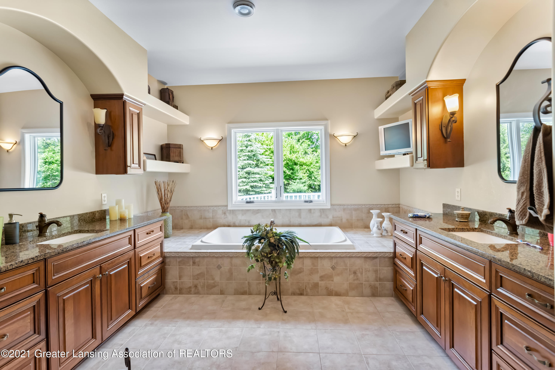 910 Abbey Rd - Owners bathroom - 23