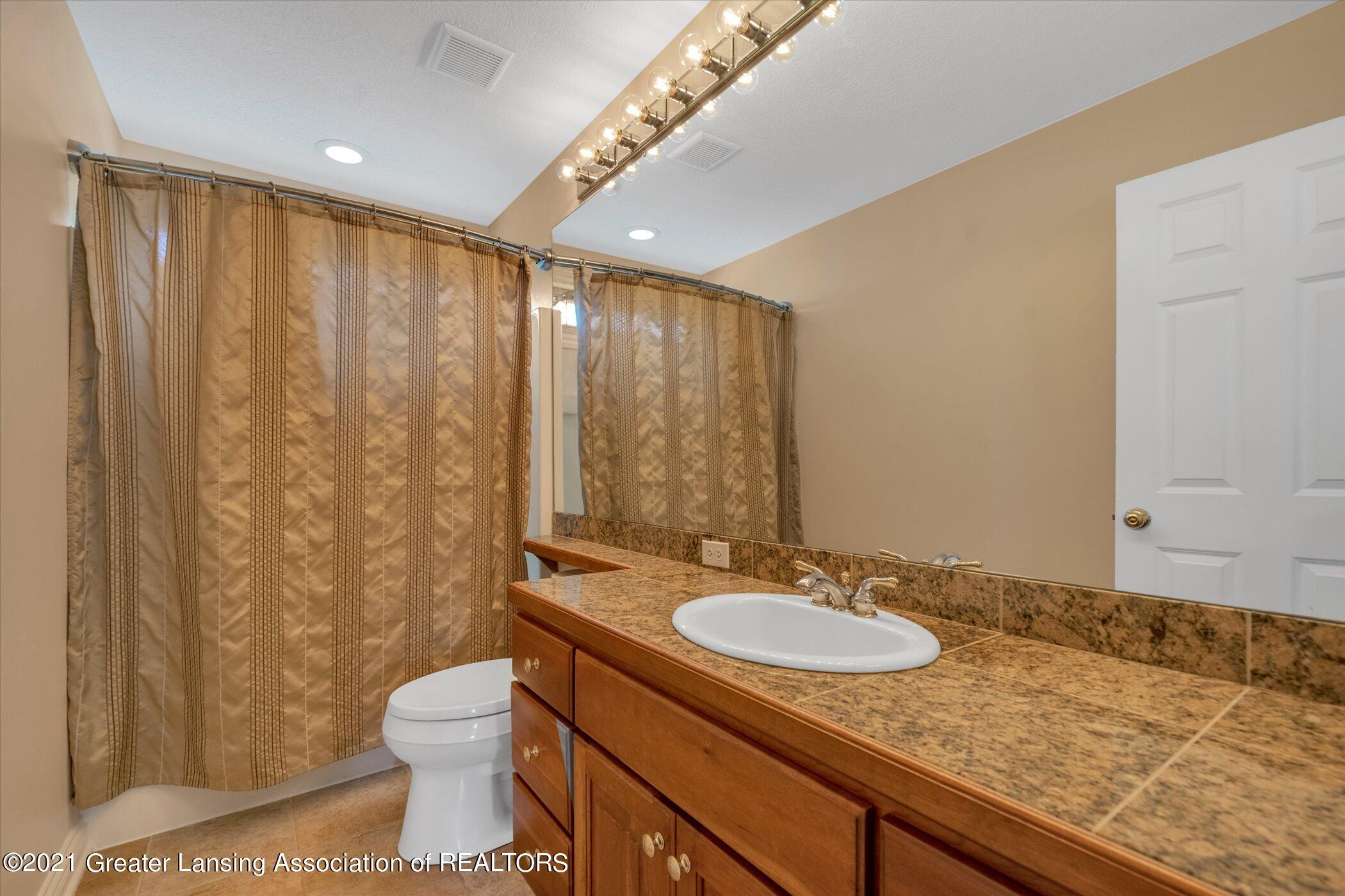 8100 Casandra Ln - UPPER LEVEL Full Bathroom - 30