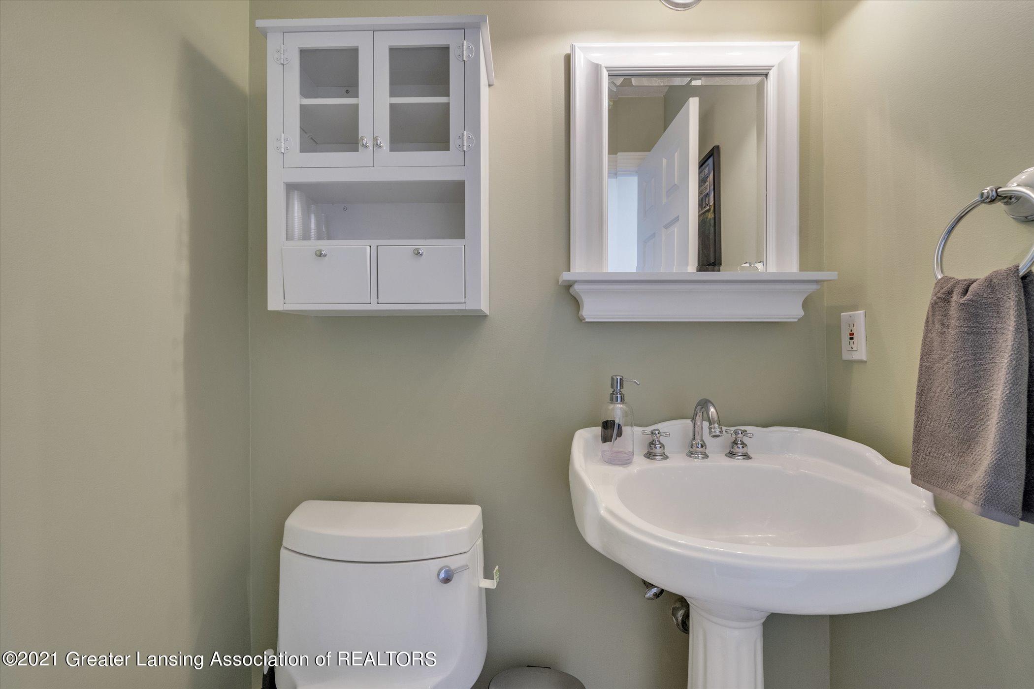 8100 Casandra Ln - MAIN FLOOR Half Bathroom - 33