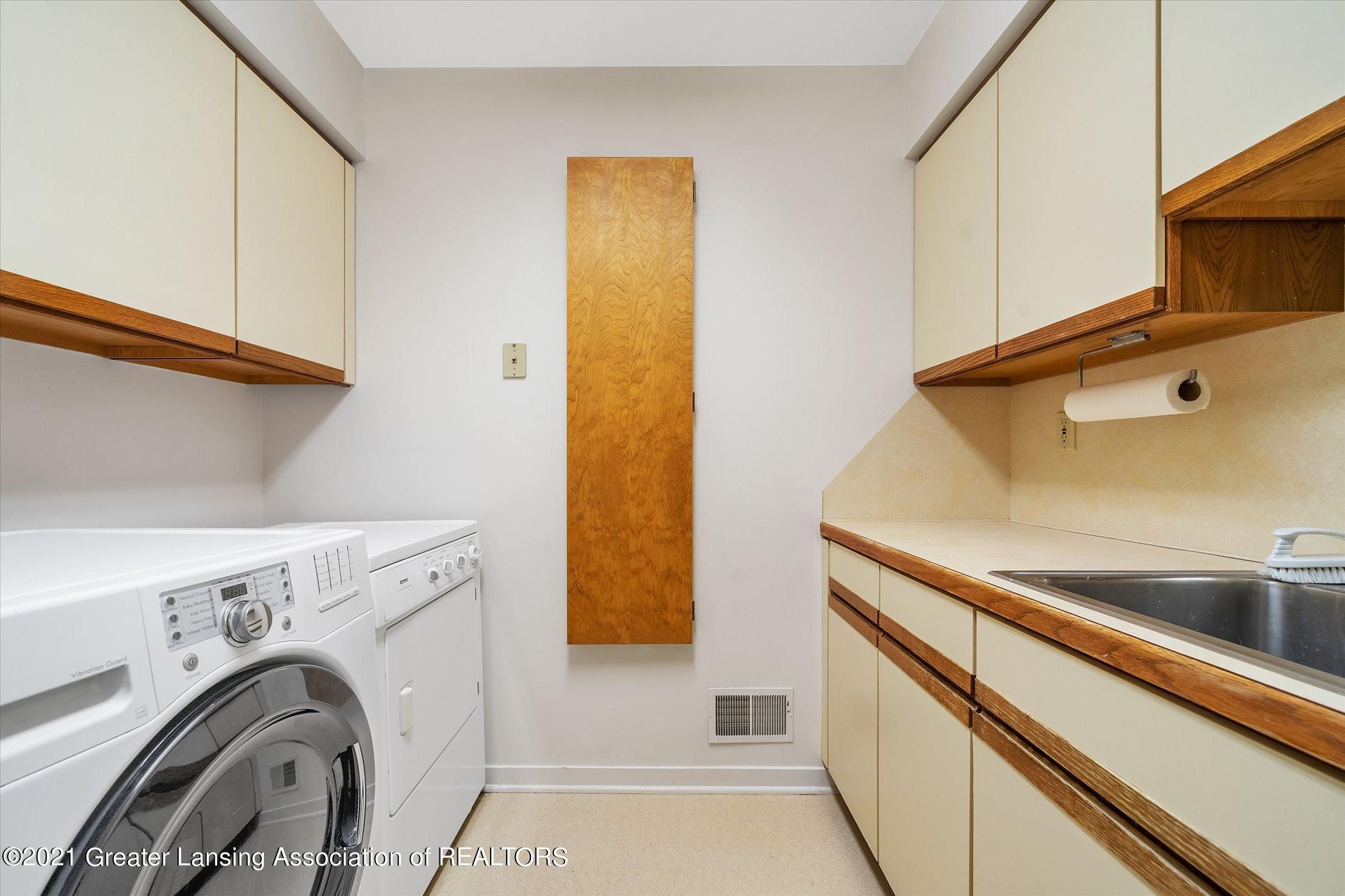 442 Shoesmith Rd - (33) MAIN FLOOR Laundry Room - 34