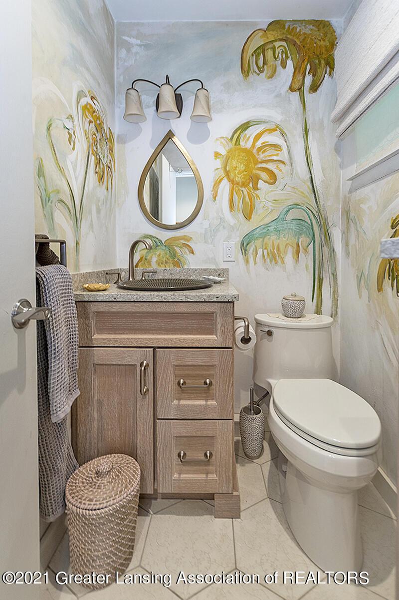 308 S Circle Dr - Half Bathroom - 19
