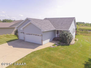 3 bedroom - 2 bath 3 car garage! Association takes care of the lawn, snow & water!