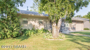Nice walk out rambler in Brandon -- Huge yard and deck!