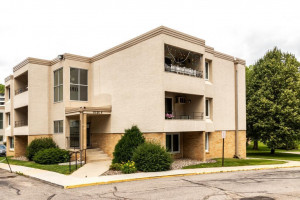 Condo for sale 1911 Viking Dr NW.38 Rochester, MN 55901 Front