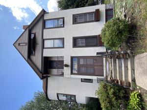 Conveniently located 2 bedroom, 3 bathroom, plus loft, upper 2-level apartment in Whittier neighborhood.