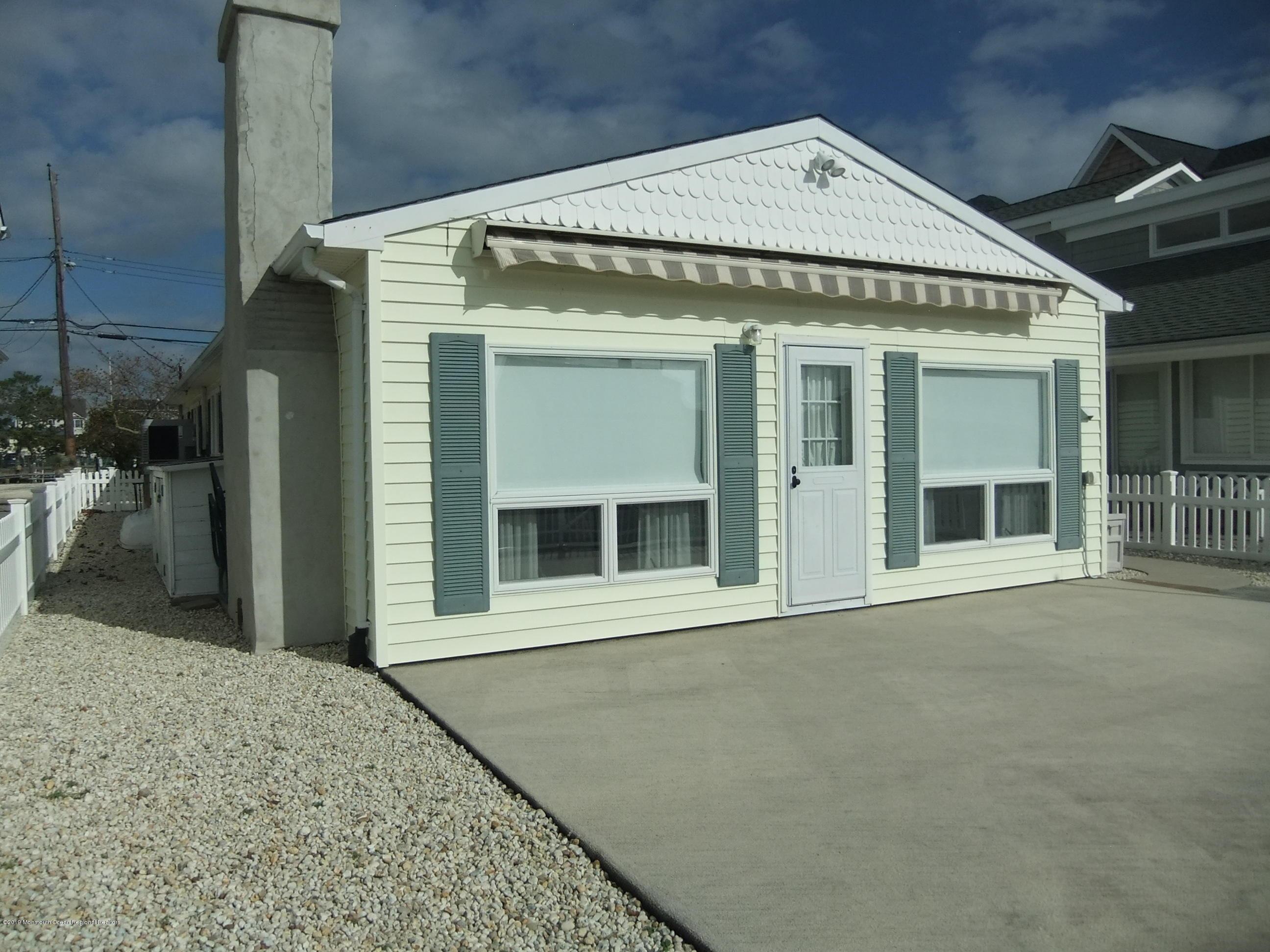 211  Bay Beach Way - Picture 2