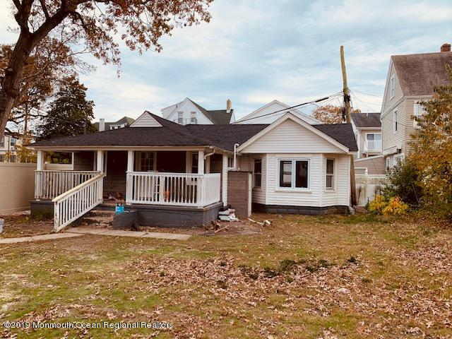 Completely gut renovated carriage house.. vaulted ceilings hardwood like floors.. custom kitchen and bath.. washer and dryer in unit, house is brand new w front porch and only a few blocks to the ocean... Must see to appreciate