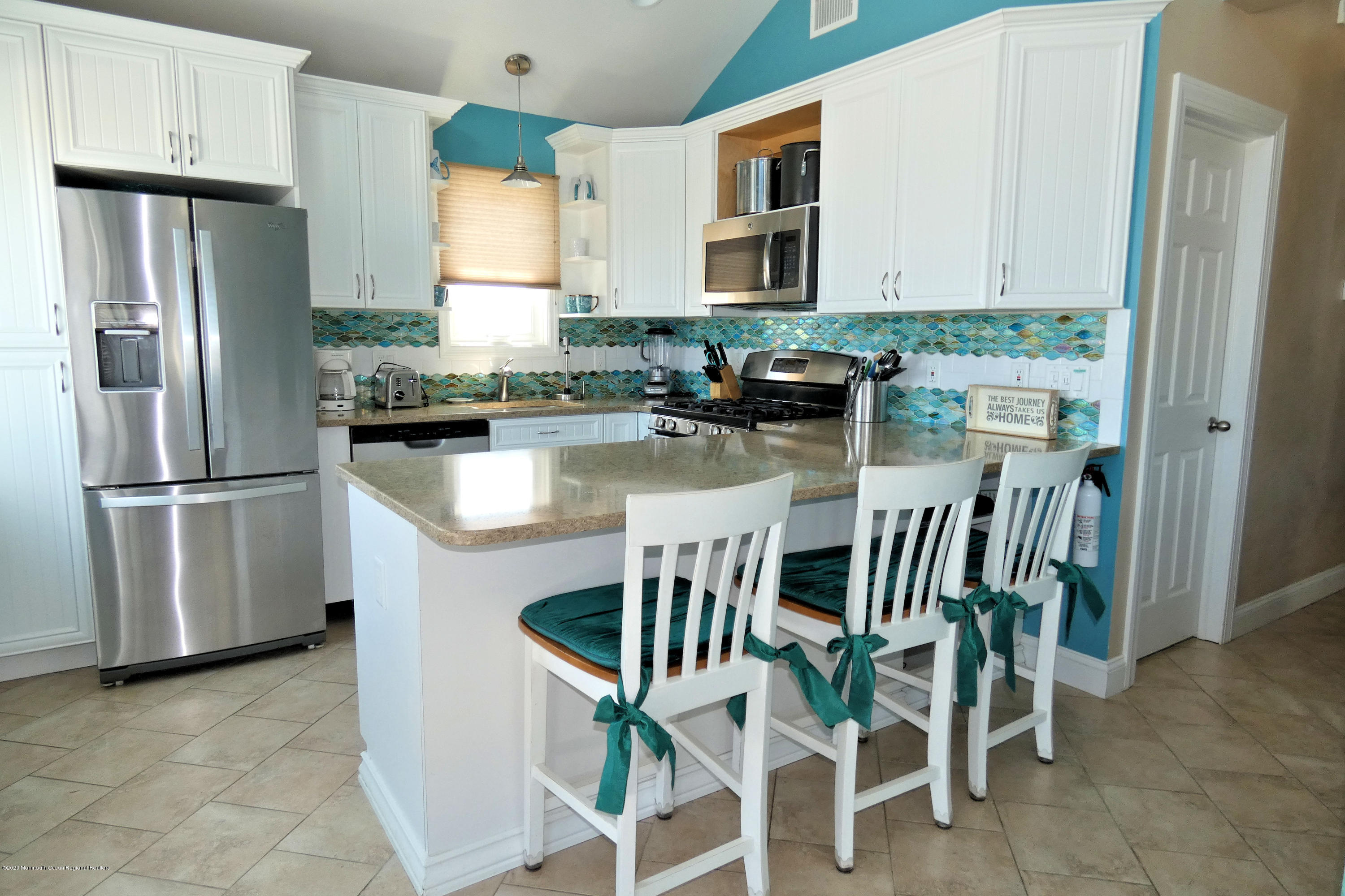 3250  Seaview Road - Picture 10