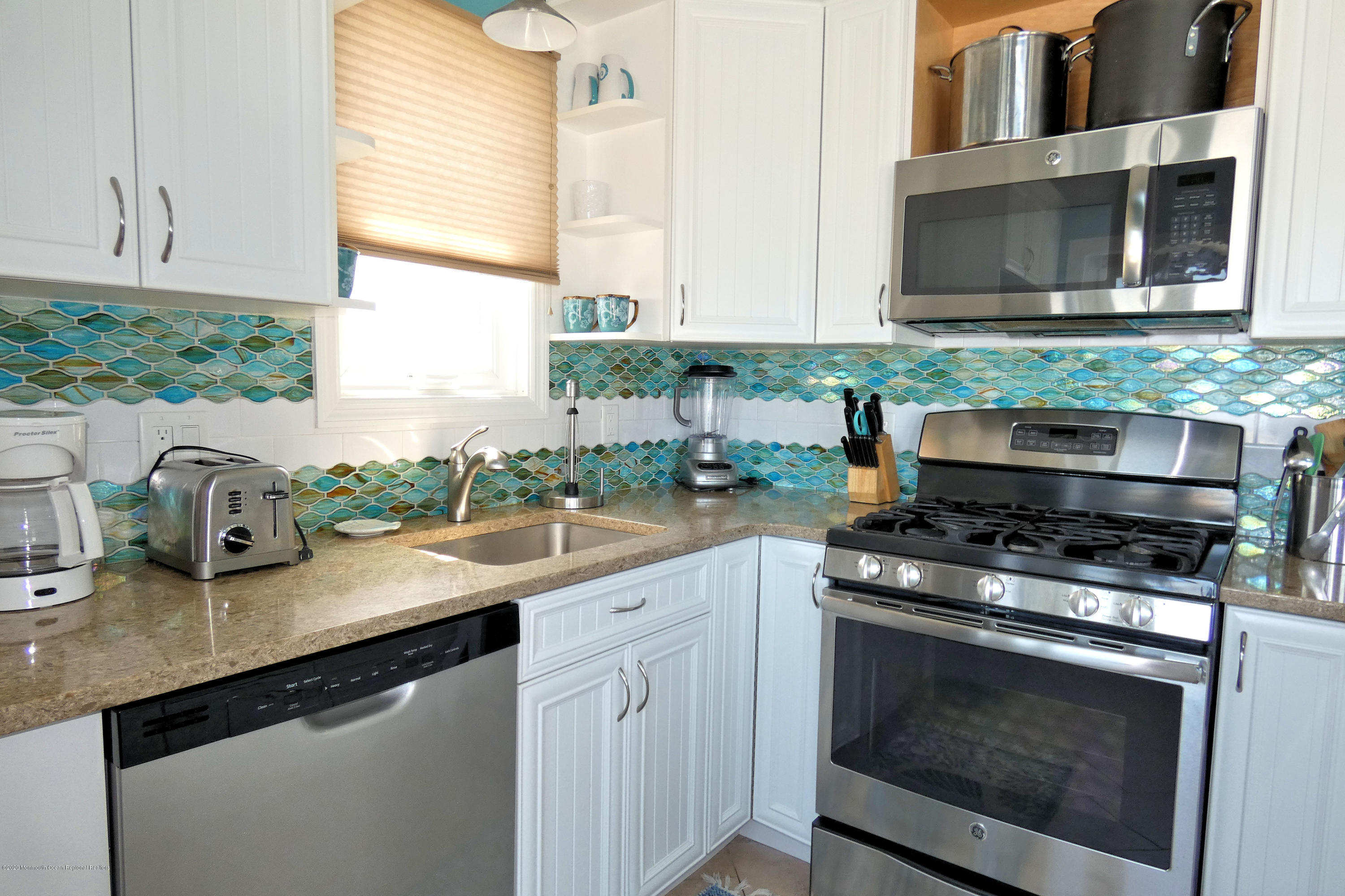 3250  Seaview Road - Picture 12