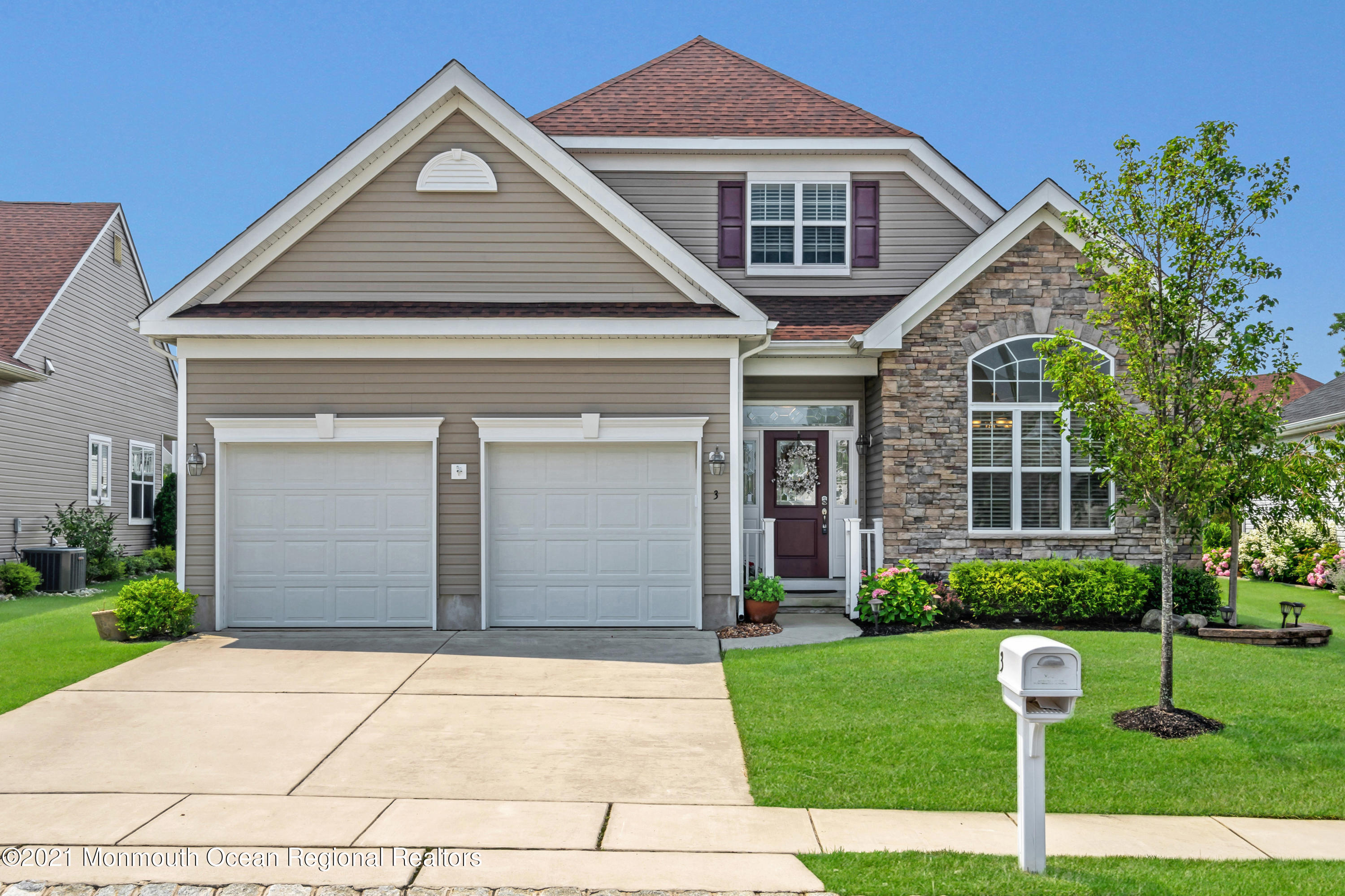 PERFECT NEWER WARWICK I WITH A CUL DE SAC LOCATION!  SHOWS LIKE A MODEL HOME, NOTHING TO DO - PLANTATION SHUTTERS, CUSTOM TILE FLRS, GOURMET KITCHEN W GRANITE CTRS & STONE BACKSPLASH, TANKLESS HOTWATER HEATER, FAMILY ROOM W GAS FP, A MASTER SUITE W WALK IN CLOSET PLUS A MASTER BATH W HUGE WALK IN SHOWER . 2 BDRMS, 2 FULL BTHS PLUS A DEN W FRENCH DRS COMPLETE THIS FABULOUS HOME.  TRUE RESORT STYLE LIVING IN GREENBRIAR OCEANAIRE GOLF & COUNTRY CLUB.  A 38,000 SQ FT CLUBHOUSE W EVERY AMENITY YOU COULD WISH FOR INCLUDING A PRIVATE RESTAURANT & PUB, NEWER GYM, AEROBIC STUDIO, ARTS/CRAFTS RM, PRO SHOP & INDOOR/OUTDOOR POOLS W SHOWERS & A LOCKER ROOM.  AN OUTDOOR SNACK BAR, 18 HOLE PRIVATE CHAMPIONSHIP GOLF COURSE, TENNIS & PICKLE BALL, BOCCI PLUS A DRIVING RANGE.  COME JOIN THIS WONDERFUL LIFE!