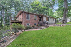 18 Parkway Place W, Holmdel, NJ 07733