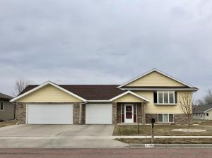 1120 Sunnyside Ct, Mitchell, SD 57301