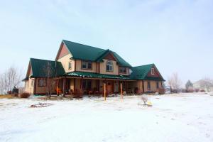 Gorgeous modern farmhouse on 4+ acres