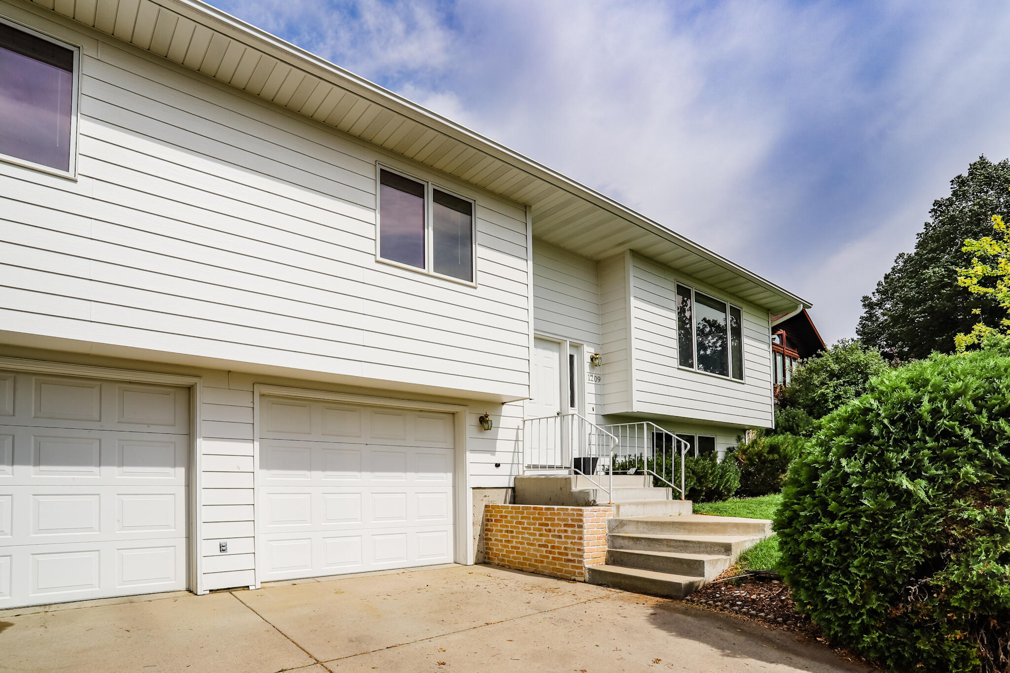Come fall in love with this 3 bedroom 3 bathroom home on Valley View Drive! New paint and carpet, A/C, sprinkler system, views of the city. Double attached garage plus great backyard for entertaining! Listed by Quenby Klippenes