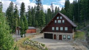 This drone view is a great illustration of the privacy offered by this mountain retreat.