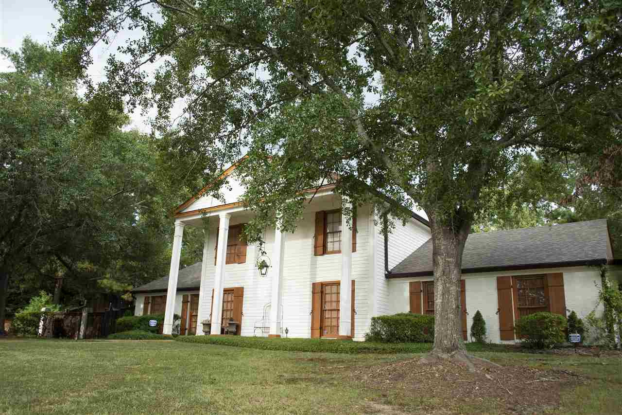118 N Meadows Place, Jackson, MS 39211