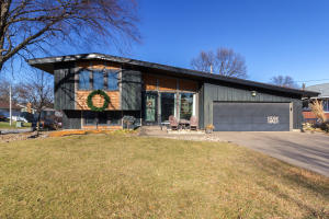 1521 WEST ACRE DR, Muscatine, IA 52761