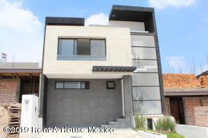 Casa En Ventaen El Marques, Zibata, Mexico, MX RAH: 20-1199