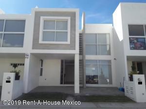 Casa En Ventaen El Marques, Zibata, Mexico, MX RAH: 20-2353