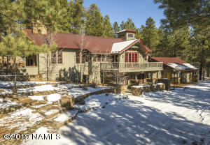 Masterful 10 Acre Estate minutes from Downtown Flagstaff. Quiet, multi zoned Hydronic in the Floor heat!