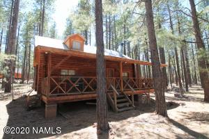 Custom log cabin on 2.21 acres of tall Ponderosa Pines