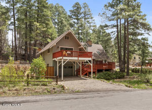 Picturesque cabin-style home on a DOUBLE LOT in Mountainaire!