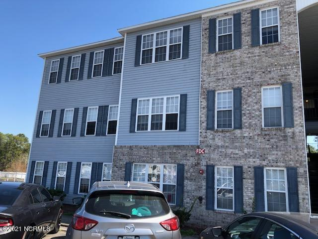 Large first floor, split three bed, two bath condominium with a sunroom. Located4 miles to the beach, short drive to Camp Lejeune. Approximately 40 minutes to Wilmington. Three miles to Morris Landing public community-fishing pier, for kayaks and paddle boarding.
