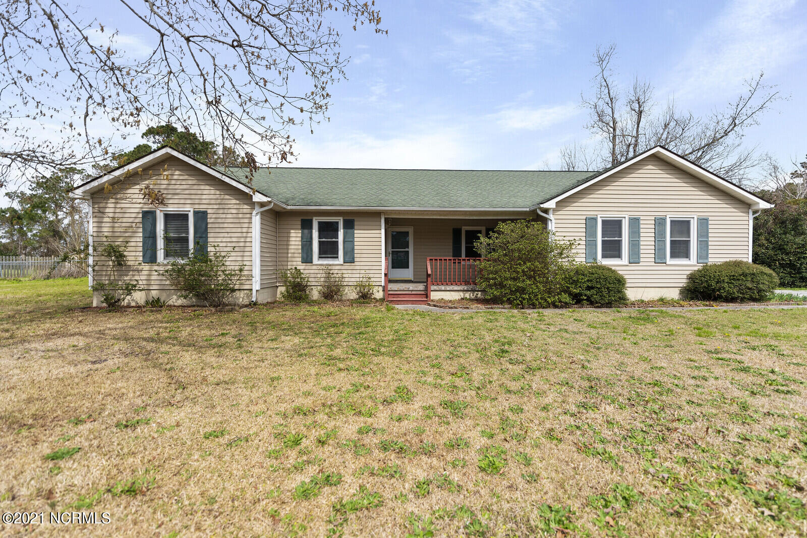 Gorgeous 3 bedroom and huge bonus room home on a large corner lot in the great city of Hubert! Just minutes from all conveniences including Sand Ridge Elementary, Camp Lejuene, Swansboro shopping, and the Crystal Coast Beaches! This home boasts a split floor plan with large living room and spacious kitchen. The fully fenced in back yard is great for privacy and to utilize the the large yard space.