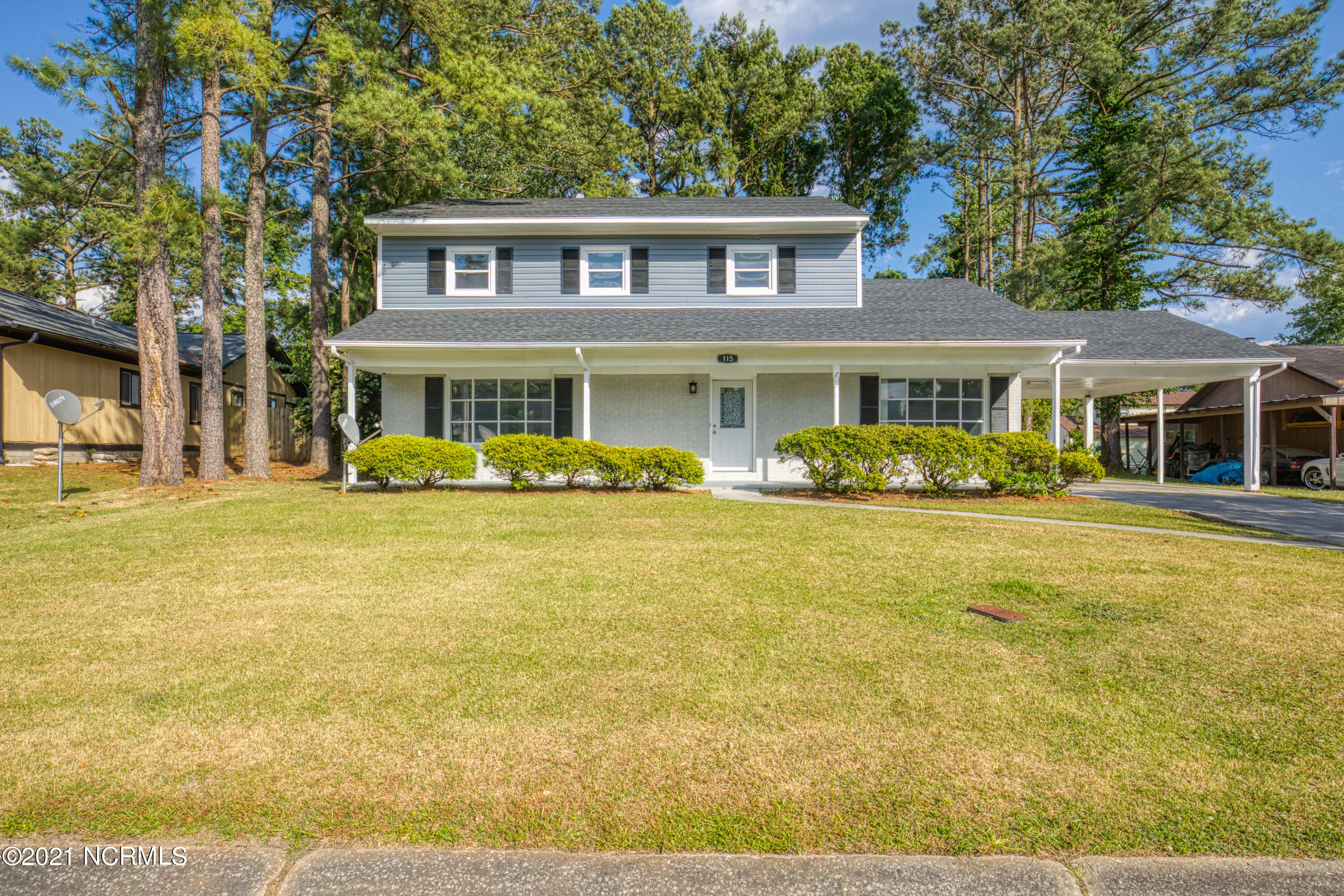 Lots of space in this house located just outside the city limits and within 10 minutes of both the Piney Green gate or the Main Gate of Camp Lejeune. Granite countertops, stainless steel appliances, nice backyard and a carport area. Show today before it is gone!!