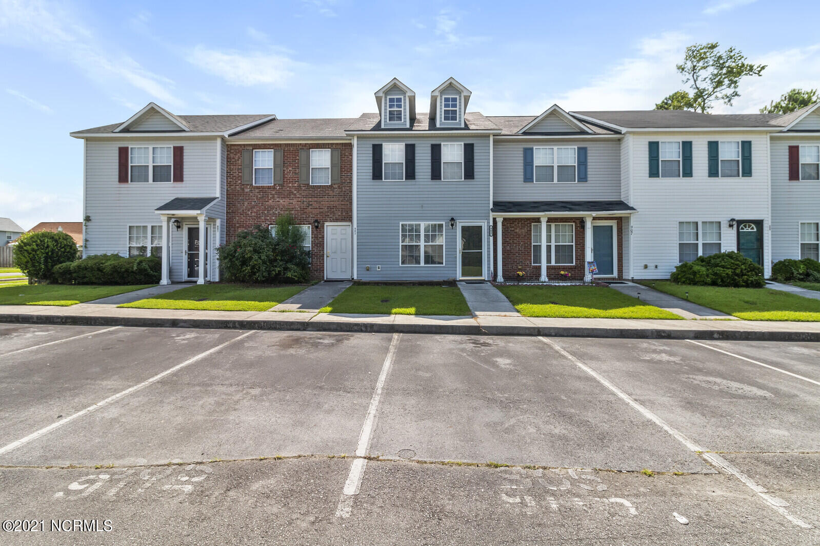 Welcome home to Marsh Oaks at Brynn Marr! Located just minutes from all things Jacksonville. 5 minutes from Camp Lejeune's main gate, 5 minutes from the mall, and 7 minutes from the main shopping areas on Western Blvd. 2 bedrooms boast 2 in room bathrooms and a downstairs half bath for guests! With a fenced in back yard the possibilities are endless.