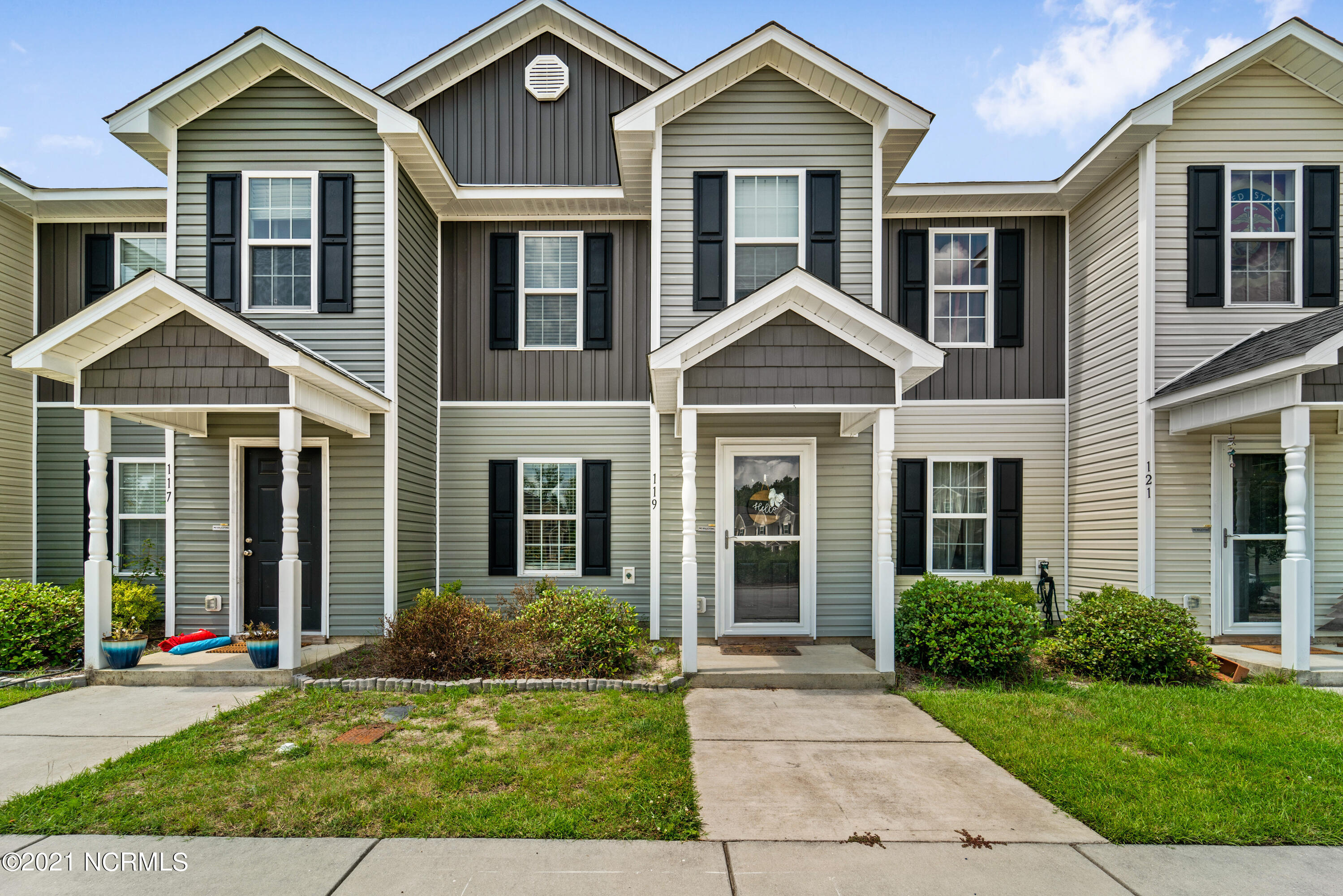 Welcome to The Burroughs at Carolina Plantations.  This well maintained 2 Bedroom 2.5 bath townhouse Features an open floors plan with almost 1200 suare feet of living space.  Call us today to visit Jacksonville's most desired townhomes.
