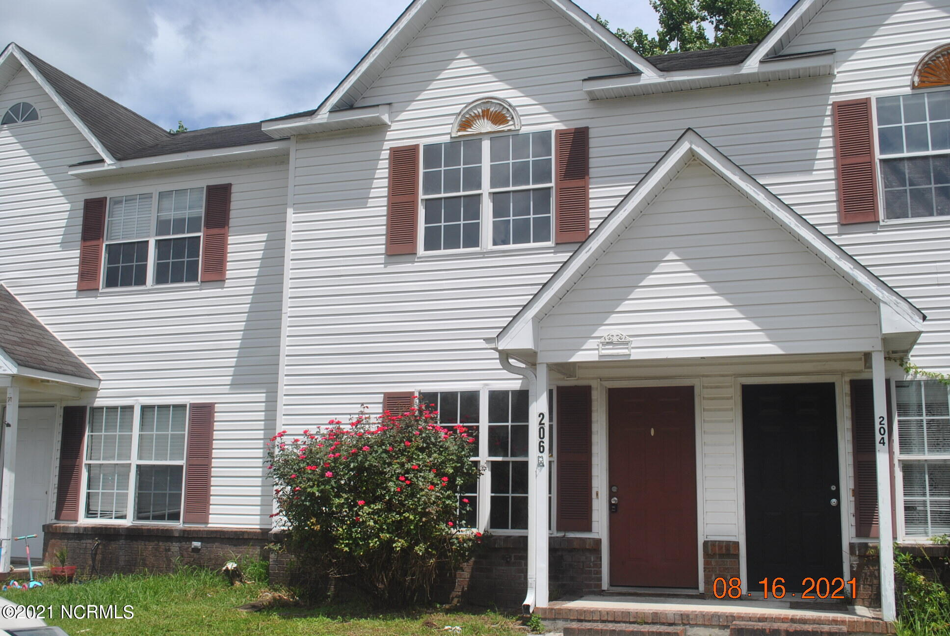 Two bedroom, townhome located in Indian Wells at Hunters Creek, just minutes to Camp Lejeune Main Gate.  Downstairs Laminate flooring was just replaced and entire unit was repainted.  Two full bathroom upstairs and a half bathroom on the ground level.  Maintenance free vinyl siding.