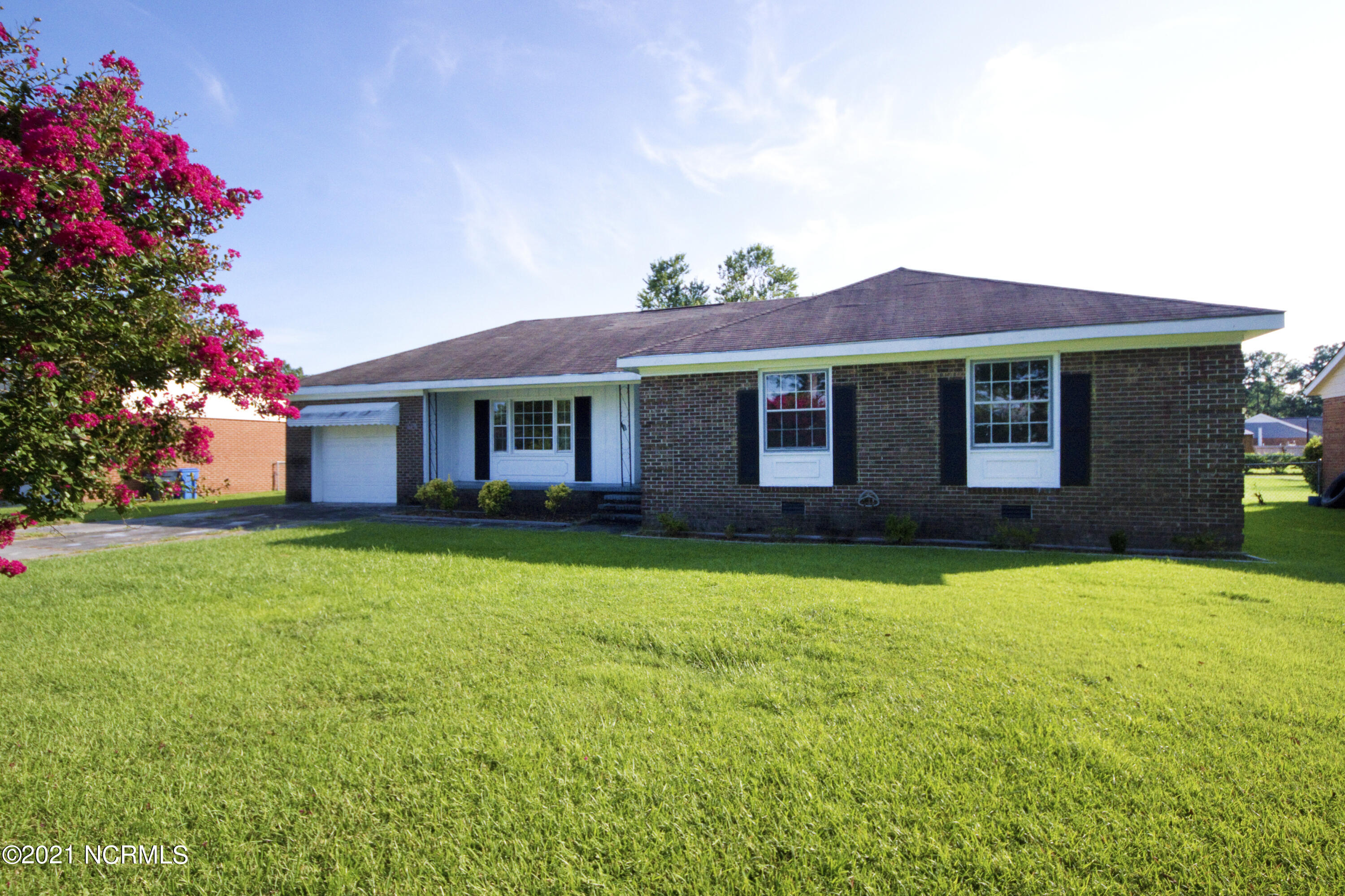 4 bedroom home in Jacksonville.  Well established neighborhood! This home features4 bedrooms and a bonus area with new carpeting.  Nice size yard with privacy.Don't miss out on this home