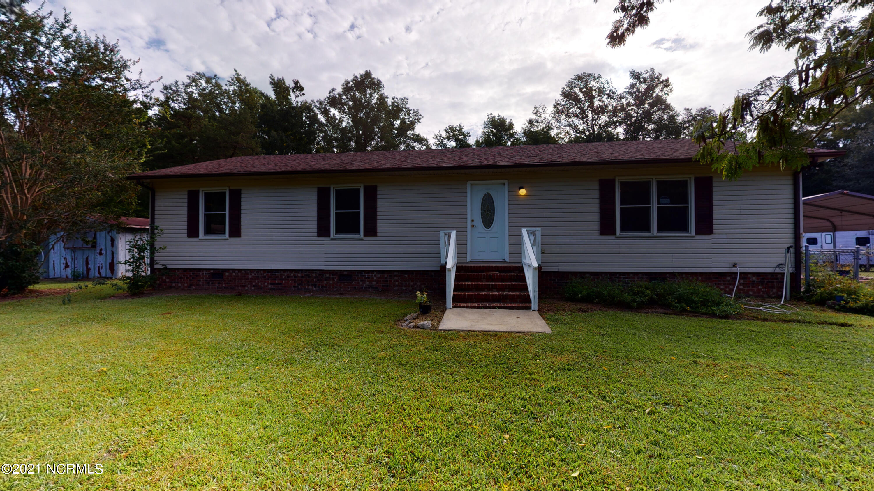 If you are looking for privacy and seclusion is what you're looking for as well as plenty of land, than I have the perfect home for you. This very cute home on 10 acres is what you are looking for. Just a minutes from Richlands and Kinston; this home is perfectly located off of Hwy 258. Hardwood trees in front of this 10 acre lot makes not only the drive toward the home so  private and secluded. Don't miss out on this GEM...call me Today for you private tour!