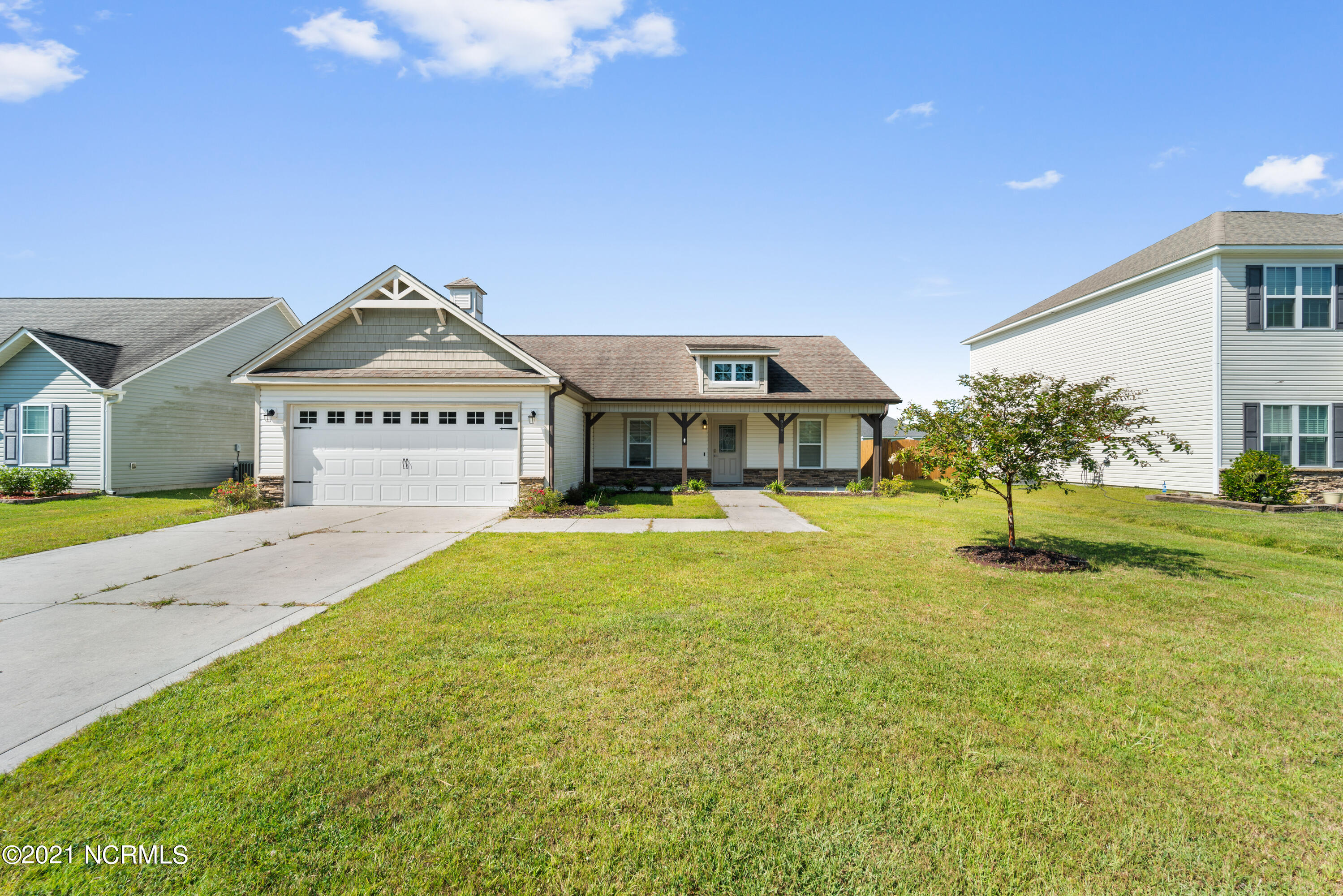 Come view this well maintained 3 Bedroom 2 Bath home in Jacksonville's most desired neighborhood, Carolina Plantations.  The home features an open split bedroom floor plan.  Please call for your showing today!