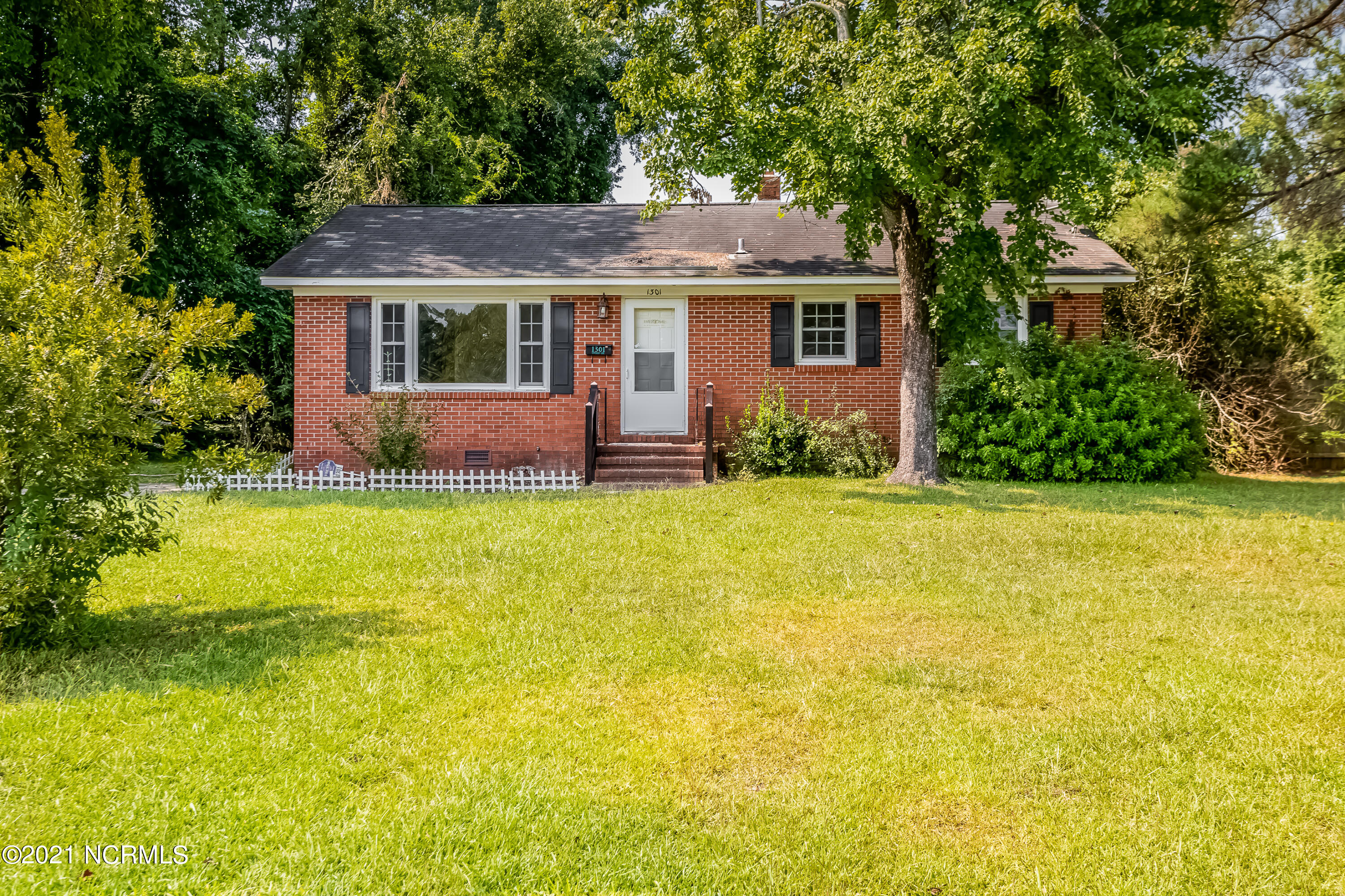 Super cute 3 bedroom, 1 and 1/2 bath home in older established neighborhood.  All new carpet and flooring throughout and new paint. Very cozy !Big back yard! Very close to businesses and not far from Camp Lejeune and MCAS.