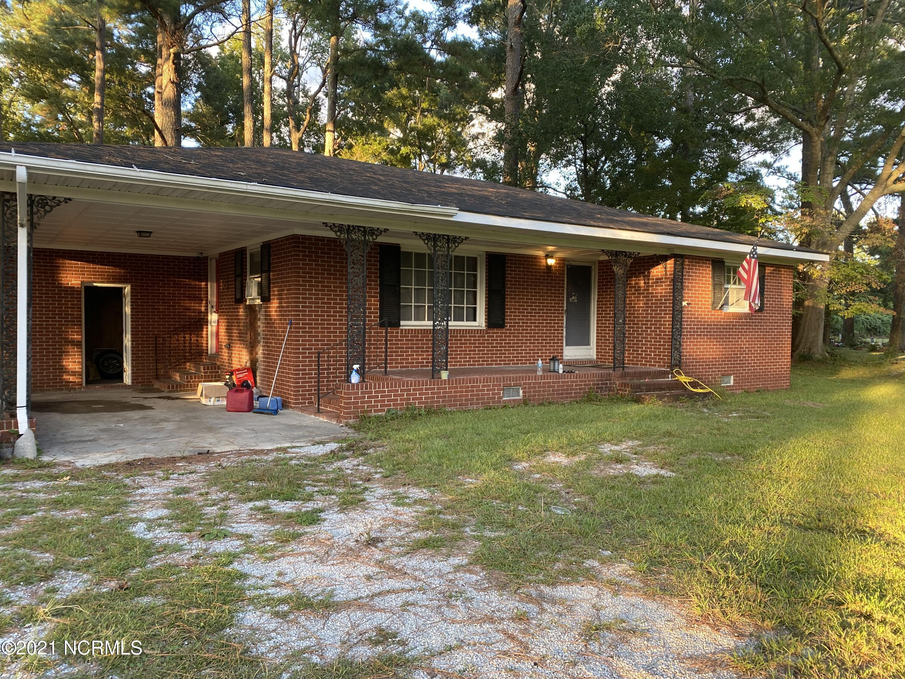 Investor special! If you are looking for a fixer upper, today is your lucky day! Easy to show home in Maysville, just a miles from Emerald Isle and local shopping!