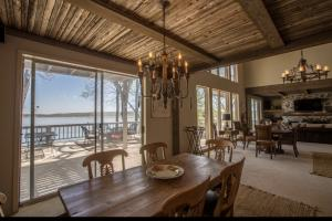 Love the wood slats, wood beams, and huge lake views from the dining area