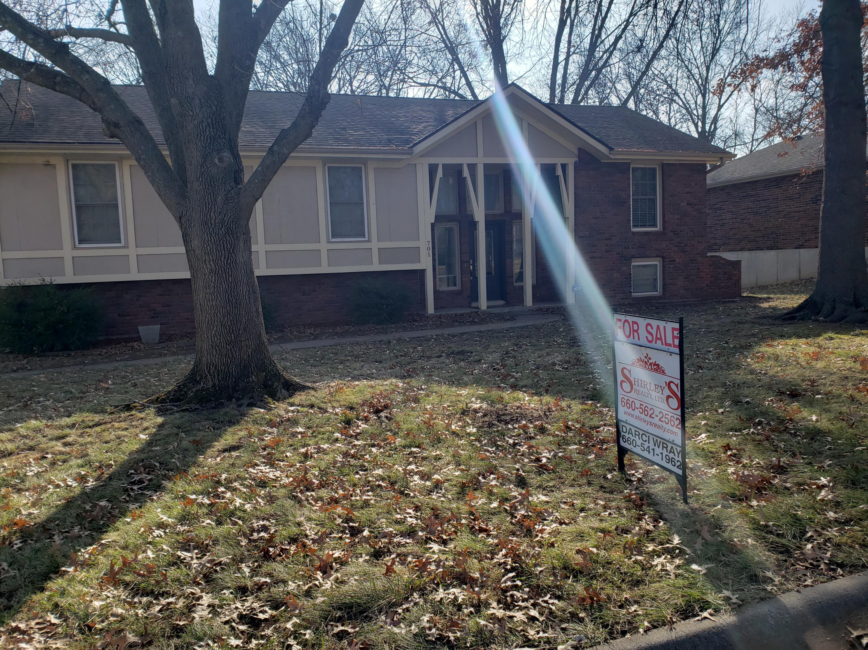 701 GREENBRIAR Terrace, St. Joseph, Missouri 64506, 4 Bedrooms Bedrooms, ,3 BathroomsBathrooms,Residential,GREENBRIAR,4922
