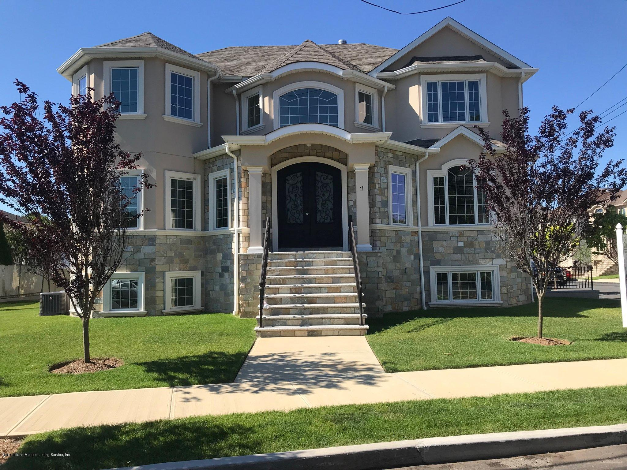 Two Family - Detached in Pleasant Plains - 7 Savona Court  Staten Island, NY 10309