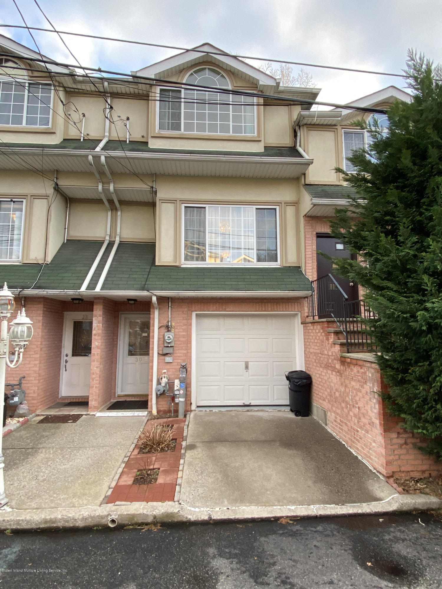 Single Family - Attached in Pleasant Plains - 30 Cranberry Court  Staten Island, NY 10309