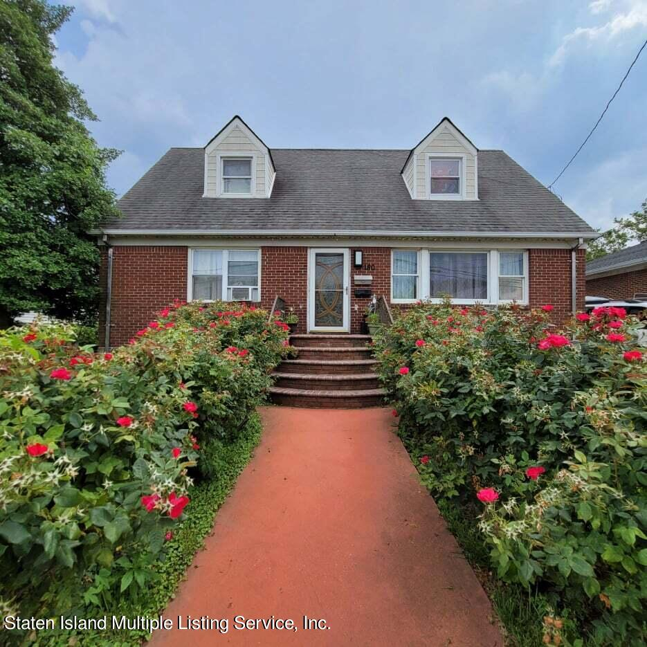Single Family - Detached in Dongan Hills-Above Hylan - 180 Jefferson Avenue  Staten Island, NY 10306
