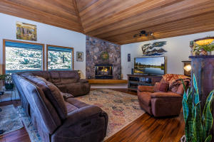 Welcome to 7 Rogue Lane - where your Sunriver dream can begin!