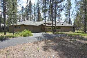 Great location on the North end of Sunriver. This home has never been a rental!